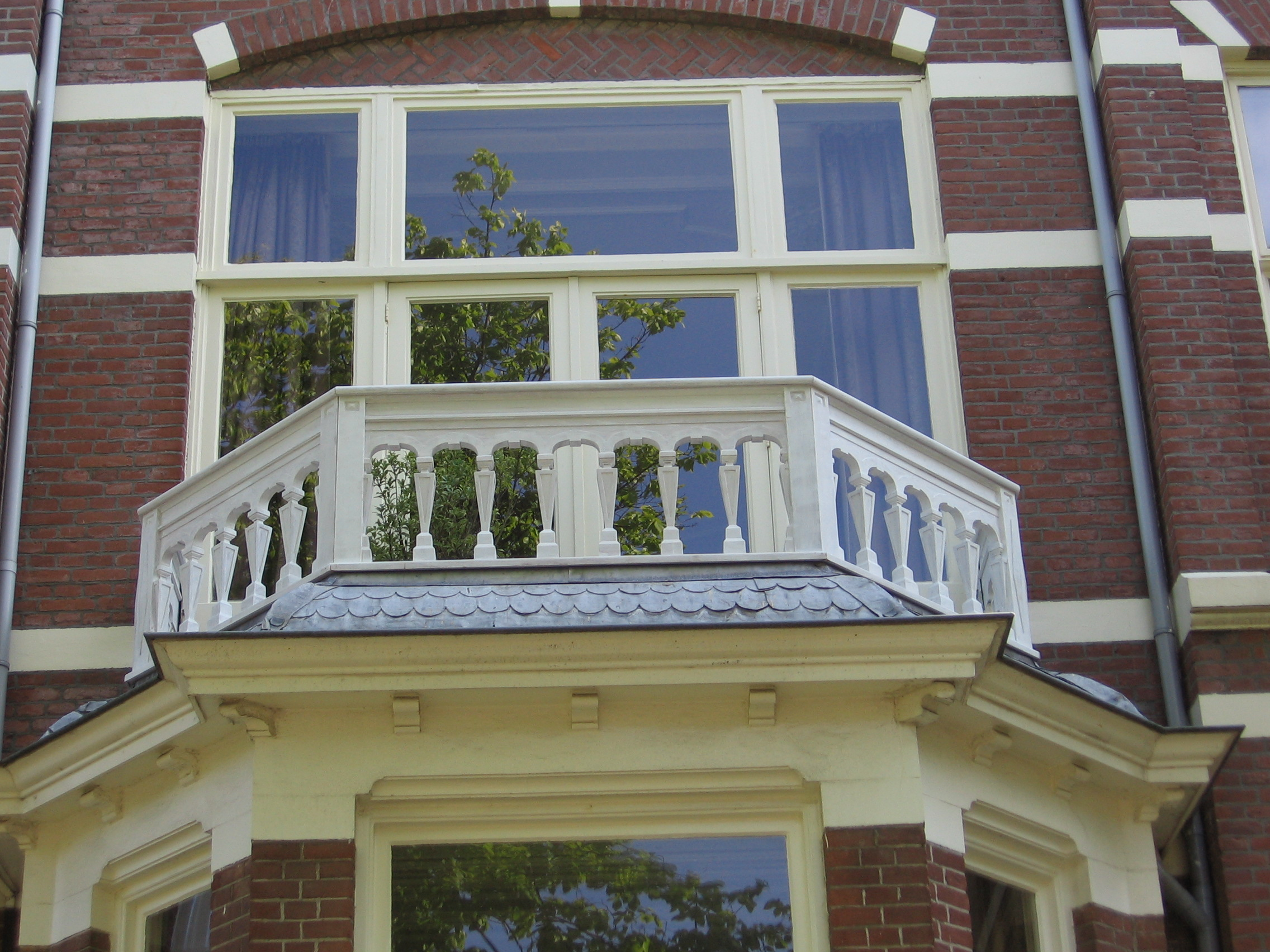 """Projectmanagement"" Rotten wooden balcony replaced in keeping with the traditional style of the house."